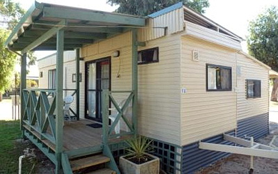 FAMILY EN-SUITE CABINS Pink Lake Tourist Park